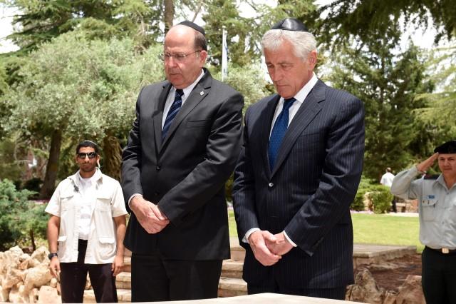 בסיום ביקורו עלה הייגל, ביחד עם השר יעלון, לקבריהם של יצחק רבין והרצל (צילום: אלון בסון/משרד הביטחון)