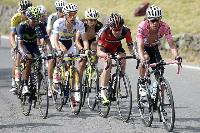 ריגוברטו אוראן (OPQS) מוביל את המרדף, אחריו קאדל אוואנס (BMC) ובחולצה לבנה - ראפאל מייקה (טינקוף-סקסו). בצד שמאל, נאירו קינטנה (מוביסטאר) מתחיל לחמם מנועים. צילום: Fabio Ferrari - LaPresse