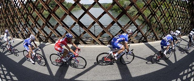 הרוכבים שבראש הדבוקה. אומגה פארמה קוויק-סטפ ואחריהם אנשי FDJ. באמצע: נאסר בוהאני (FDJ) בחולצה האדומה (ניקוד/ספרינט). צילום: Fabio Ferrari - LaPresse