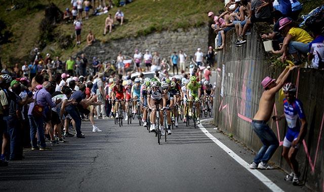 הדבוקה בהובלת רוכבי אומגה-פארמה קוויקסטפ (קבוצתו של ריגוברטו אוראן). צילום: Fabio Ferrari - LaPresse