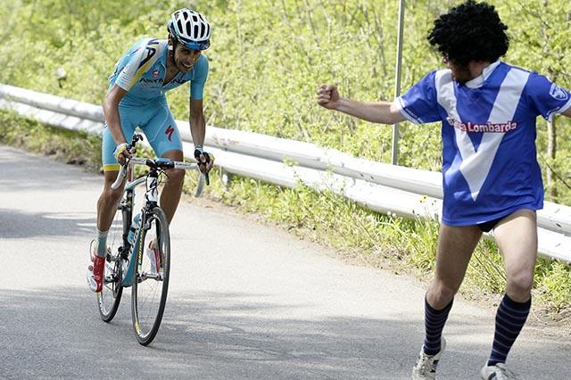 פאביו ארו (אסטנה) מקבל עידוד ממקור בלתי צפוי. צילום: Fabio Ferrari - LaPresse