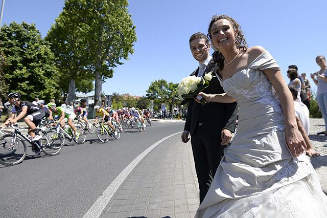 בדרך לחתונה עוצרים בג