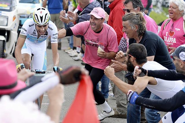 לפאביו ארו (אסטנה) מסרדיניה, אוהדים רבים שבאו במיוחד לצפות בו לאורך המסלול. והוא מביא להם גאווה: הרוכב השני המהיר אתמול, רוכב בימים האחרונים נהדר ונכנס לשלישיית הפודיום. צילום: Fabio Ferrari - LaPresse