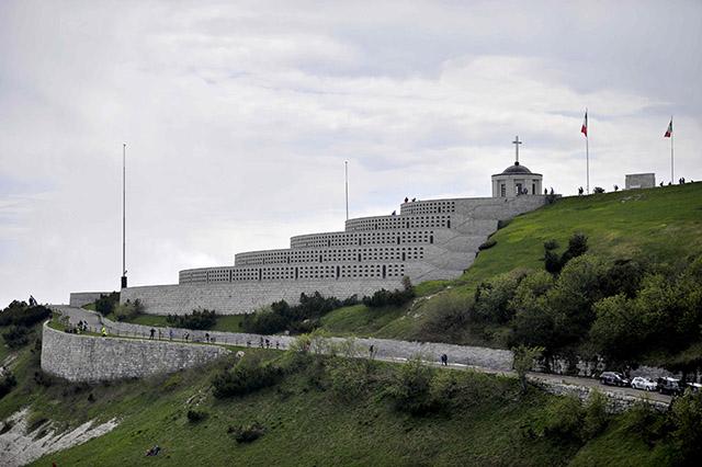 צד אחד של האנדרטה על פסגת הר גראפה. צילום: Marco Alpozzi / lapresse