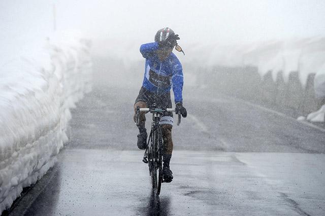 """ארדונדו (Trek) - """"מלך הרים"""" - מתקשה לראות את הדרך. צילום: Fabio Ferrari - LaPresse"""