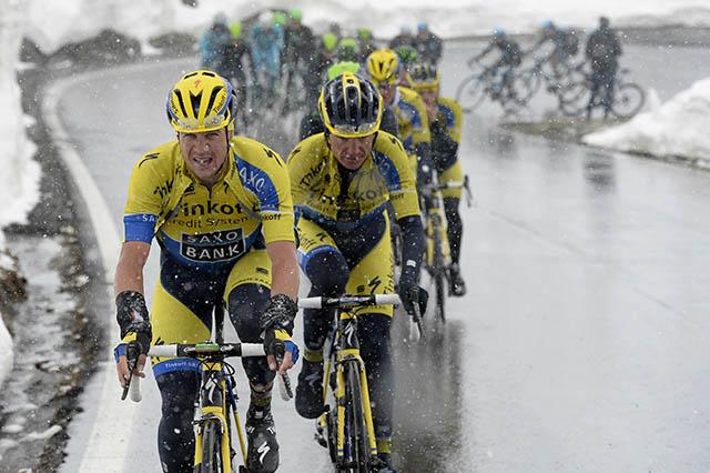 ניקולאס רואץ' (טינקוף-סקסו) מוביל את הדבוקה בגשם ובשלג. צילום: Fabio Ferrari - LaPresse