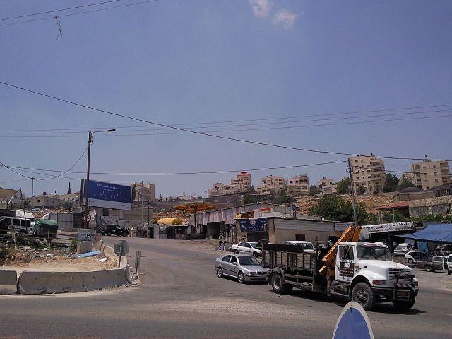 הכניסה לכפר חיזמא  עמוסה בעסקים לא חוקיים (צילום: וויקפדיה)