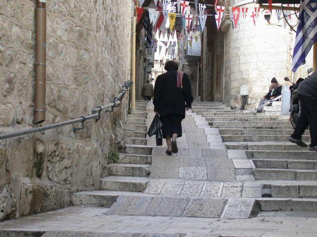 מסלול מונגש למוגבלי תנועה בעיר העתיקה בירושלים. (צילום מרב דביש בן משה)