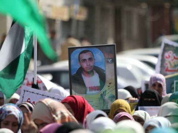 מפגינים עם תמונתו של האסיר ערפאת ג'ארדאת שמת בשנה שעברה בכלא מגידו (צילום: PNN)