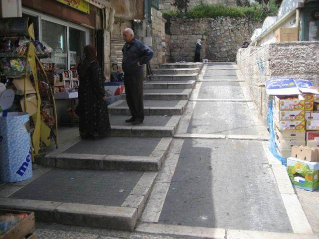 שיפוע לכסאות גלגלים בעיר העתיקה בירושלים. (צילום: מרב דביש בן משה)