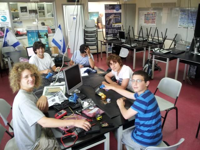 התלמידים סביב שולחן המחשב (צילום: המרכז למדעים, הרצליה)
