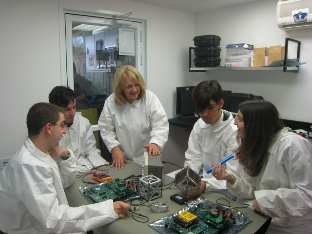 """צוות הלוויין ב""""חדר הנקי"""" (צילום: מרכז המדעים, הרצליה)"""