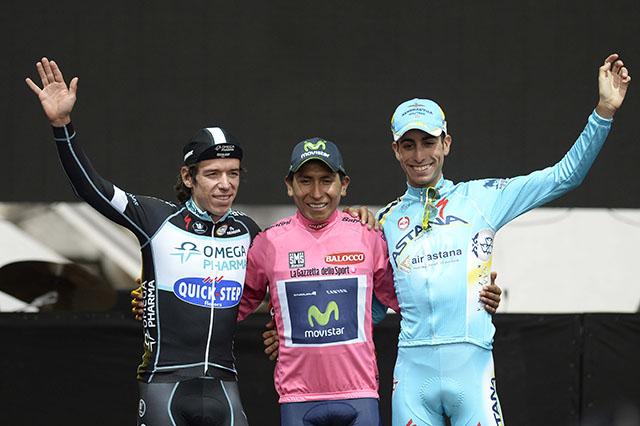 הזוכים בדירוג הכללי. פאביו ארו (אסטנה) במקום השלישי; נאירו קינטנה (מוביסטאר) במקום הראשון וריגוברטו אוראן (OPQS) במקום השני. צילום: Fabio Ferrari - LaPresse
