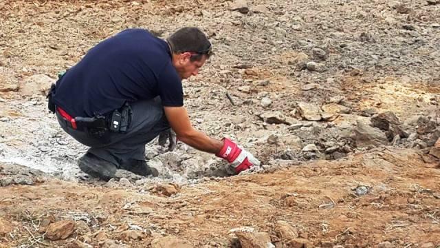 חבלן משטרה בודק שרידי נפילה (צילום: ג'נין תמי וולף)