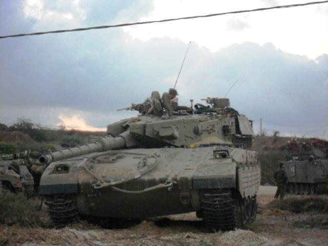 מכינים את הטנקים לתנועה (צילום: טלי גרופית)