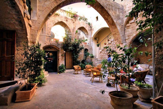 בית ההארחה פאוזי עאזר בנצרת העתיקה. ספטמבר צבעוני בעיר