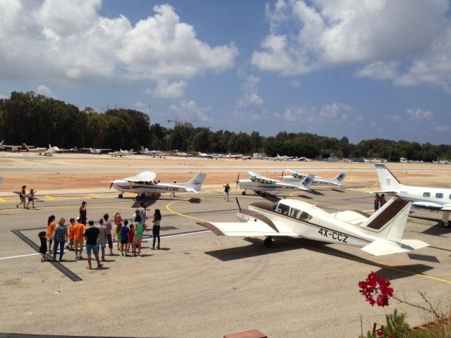 אחת הקבוצות של ילדי הדרום לפני עלייתם למטוסים. צילום: יח