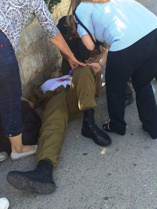 החייל מקבל טיפול ראשוני (צילום איחוד והצלה)