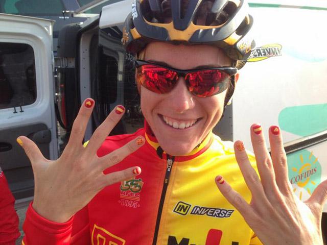 אנה סנצ'יז הספרדיה מוכנה למירוץ. צילום: Rafa Gómez/Ciclismo a Fondo