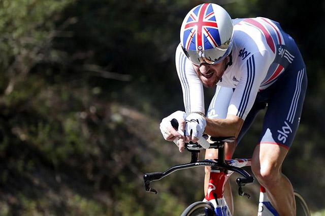 סר ברדלי וויגינס במהלך המירוץ נגד השעון. גם אני רוצה כזו קסדה. צילום: Javier Lizón/EFE