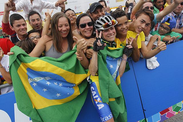 גם הברזילאים הגיעו לחגוג בפונפרדה. צילום: Javier Lizón/EFE