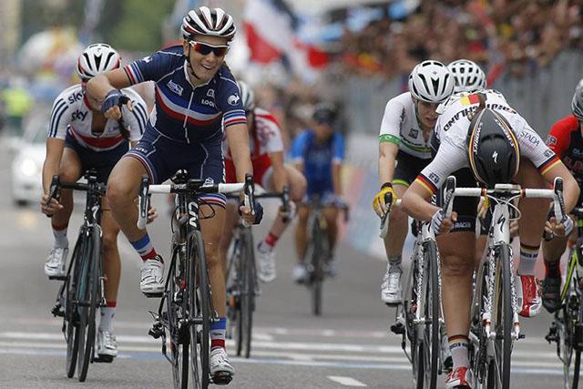 הצרפתייה פאולין פראן-פרבו חוגגת את הניצחון. צילום: Rafa Gómez/Ciclismo a Fondo