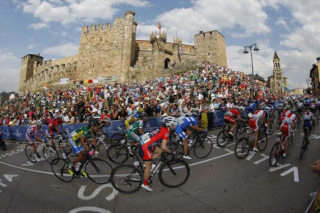 בדרך לניצחון עוברים ליד הטירה הטמפלרית מהמאה ה-16. בצד ימין - מגדל השעון מהמאה ה-12. צילום: Rafa Gómez/Ciclismo a Fondo