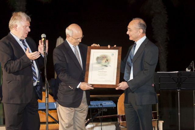 """מיקי פדרמן (במרכז) מקבל את התעודה המעידה על נטיעת 50 עצים על שמו מידי שר התיירות, ד""""ר עוזי לנדאו (מימין) ונשיא התאחדות המלונות, אלי גונן. (צילום: נמרוד אהרונוב)"""