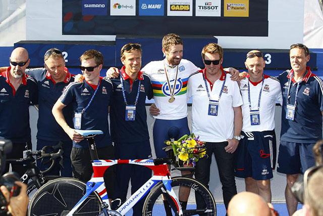 וויגינס והצוות המקצועי והטכני של נבחרת בריטניה. צילום: Rafa Gómez/Ciclismo a Fondo