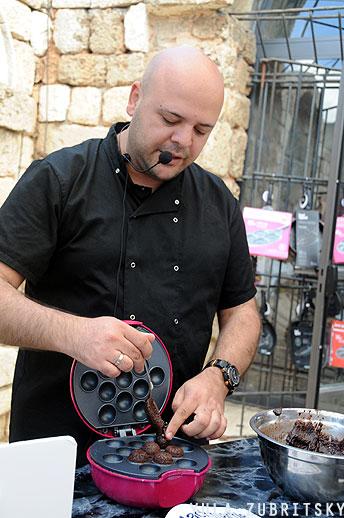 שף רון בהדגמת הכנות פופקייקס, פוד אפיל. צילום: יולה זובריצקי