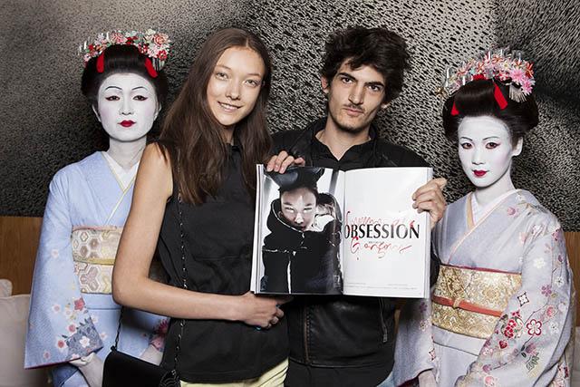 הדוגמנית יומי למברט, שהצטלמה אף היא לגיליון החגיגי (בעמוד הרלבנטי) וידיד. צילום: Ryusuke Hayashi. באדיבות: Karla Otto, Paris
