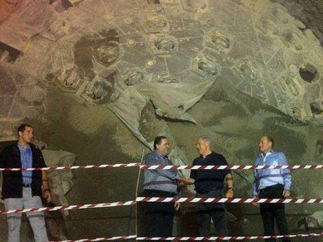 ראש הממשלה נתניהו ושר התחבורה כץ בטקס פריצת המנהרה, ליד גלגל השניים הענקי של מכונת הכרייה. צילום: חיים צח לע