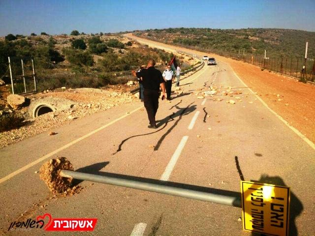 אבנים על הכביש, שלטי הככונה עקורים בכניסה לאריאל (צילום ארכיון:  חדשות לב השומרון)