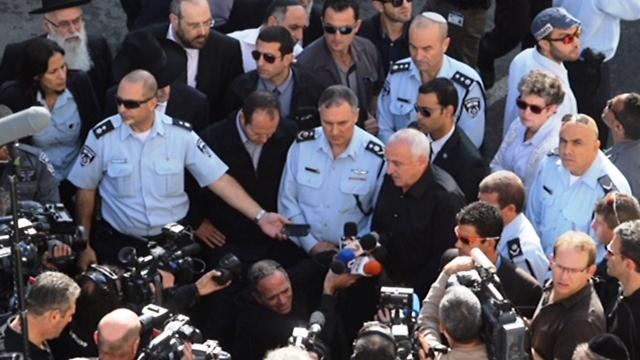 הגיעו לזירת הפיגוע - אהרונוביץ' דנינו וברקת (צילום מסך)