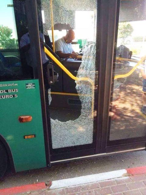 """אוטובוס אגד נפגע מידויי אבנים - לא אינתיפאדה (צילום: ביטחון מוא""""ז שומרון)"""