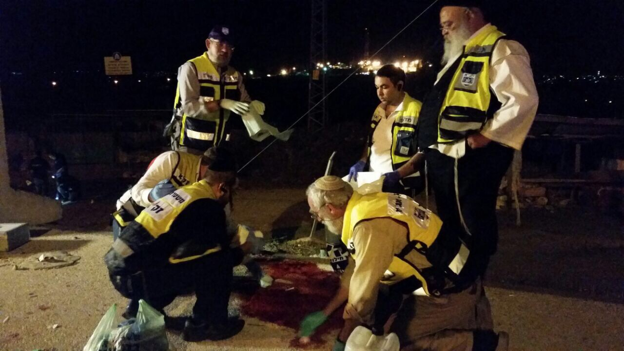 """מתנדבי זק""""א באיזור הפיגוע (צילום: הארשי פרלמוטר)"""