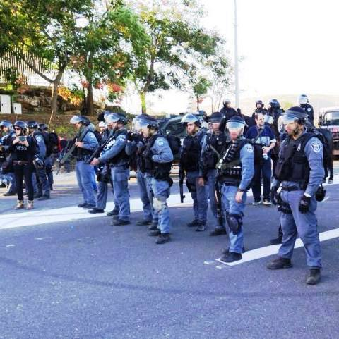 שוטרים חוצצים מהמפגינים להגיע לציר ראשי בכפר כנא  (צילום: חטיבת דוברות המשטרה)