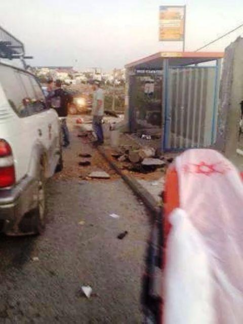 תחנת הטרמפיאדה אחרי הפיגוע (צילום: שמוליק פיקסמן)