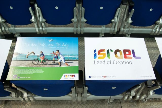 הקמפיין של משרד התיירות במשחק הכדורגל של מכבי תל אביב בברלין. עשרת אלפים מניפות רעש חיכו לקהל על כל כסא.  (צילום: קמרה 4)