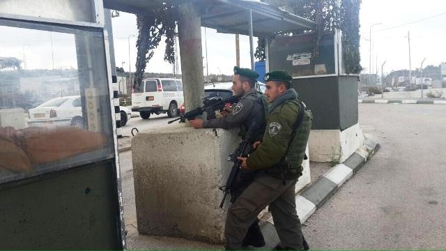 """לוחמי מג""""ב במחסום תפוח (צילום: דוברות המשטרה)"""