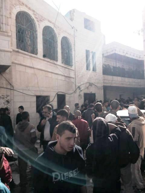 קהל פלסטיני ליד בית המחבלת