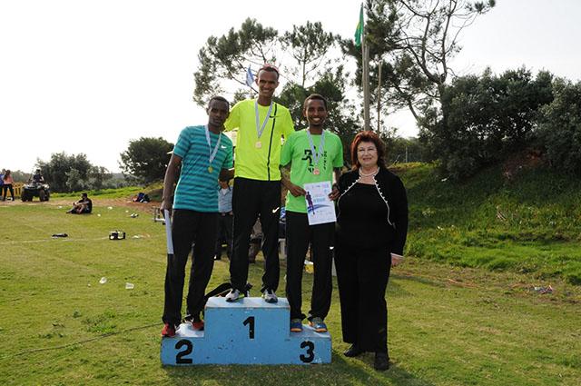 מנצחי מירוץ הגברים יחד עם שושנה שפירא. צילום: דוברות וינגייט