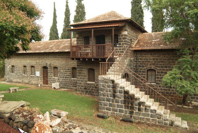 חלק גדול ממבני הקיבוץ מתחילת המאה הקודמת נותרו בשטח. כאן, בית הראשונים בולט באבני הבזלת השחורות. (צילום: דרור מילר)