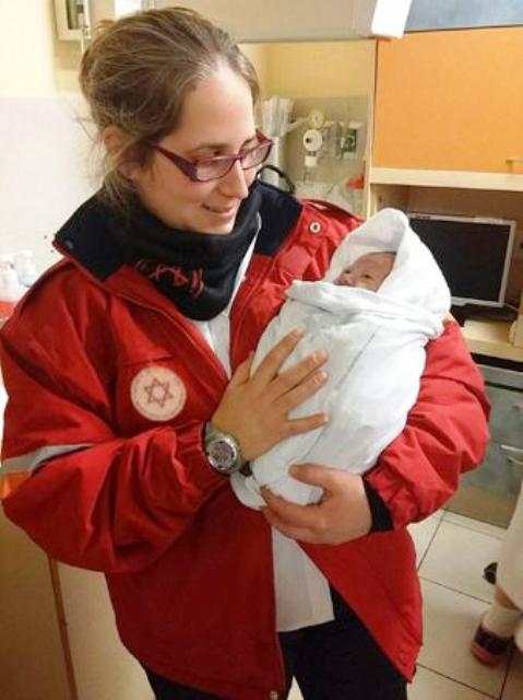 """בסמוך לחצות, בשלג ובקור אך בתוך ניידת מחוממת ובמזל טוב – נולדה לה תינוקת השלג הראשונה  (צילום דוברות מד""""א)"""