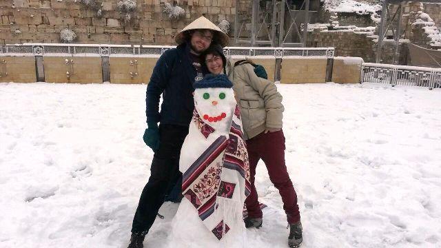 """בובת שלג בכותל (צילום יח""""צ נשות הכותל)"""