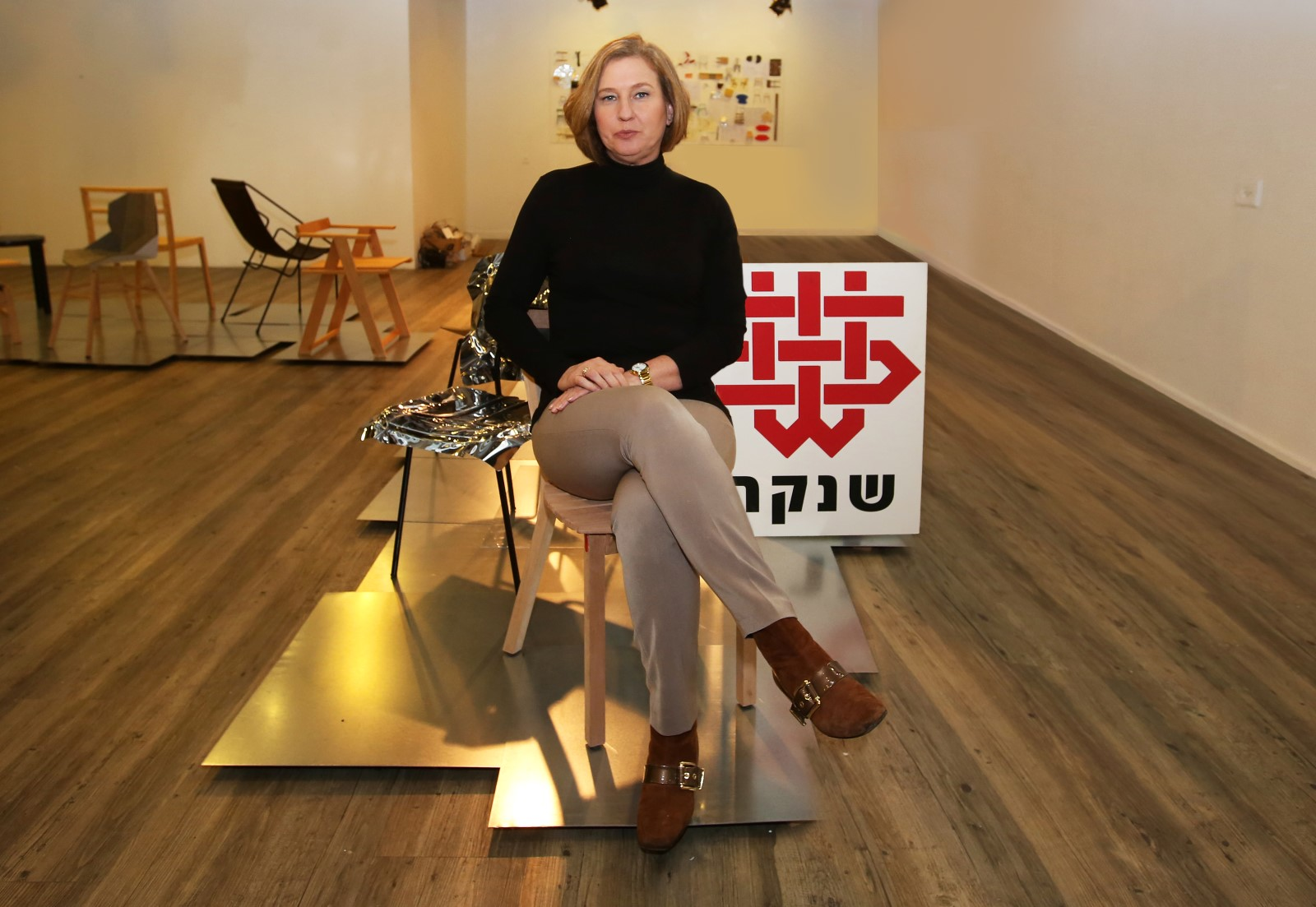ציפי ליבני בתערוכת הכיסאות בשנקר; צילום: אחיקם בן יוסף