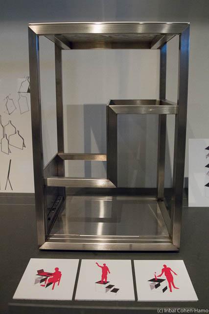 שולחן תלת שימושי – שולחן עזר, פינת עבודה ומדרגות – נפסל עקב אי עמידה בדרישות הבטיחות. צילום: ענבל כהן-חמו
