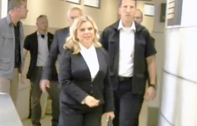 שפכו את דמי, לא בזבזתי כספי ציבור - שרה נתניהו מגיעה לבית המשפט (צילום מסך חדשות 10)