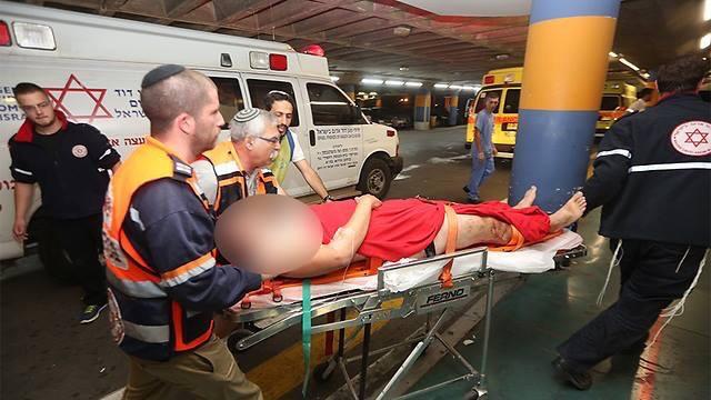 """הפצועים מגיעים לבית החולים (צילום: מד""""א)"""