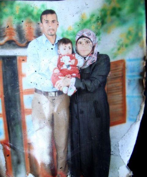 התינוק עלי דוואבשה עם אמו ואביו
